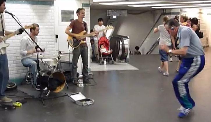 danseur sur musique de Pince dans metro Paris