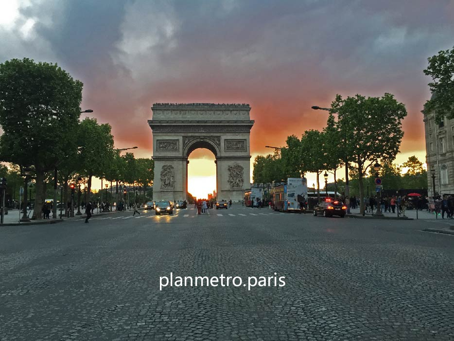 Arc de Triomphe au soleil couchant